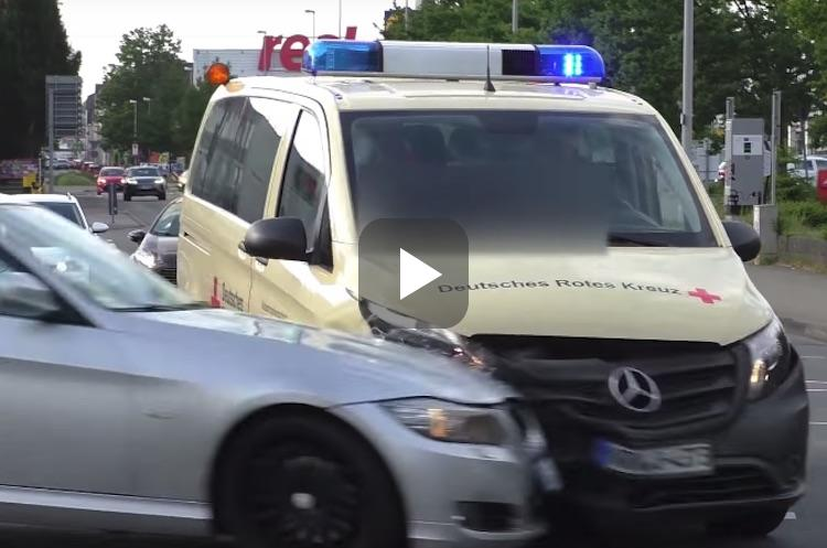Video: BMW 3 Serie klapt met rotgang op een ambulance