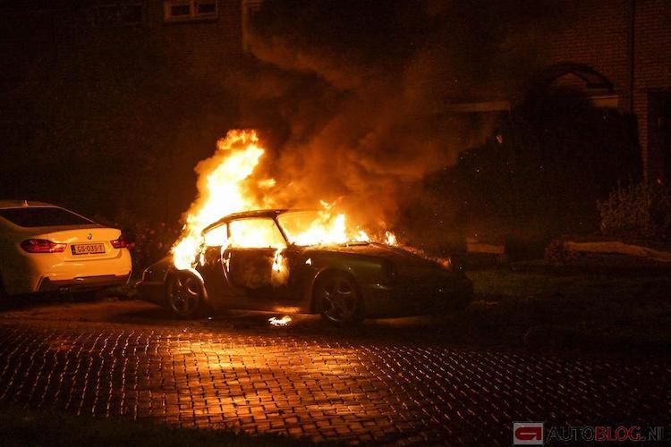 Porsche 911 afgefikt door mogelijke brandstichting