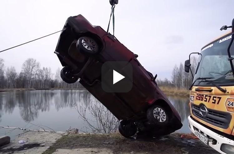 Video: auto ligt half jaar in water, start hij nog?