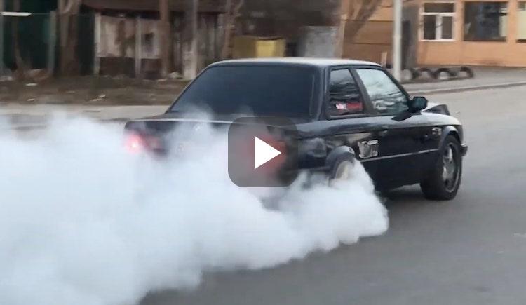 Video: BMW E30 met 1100 pk rookt zijn banden op
