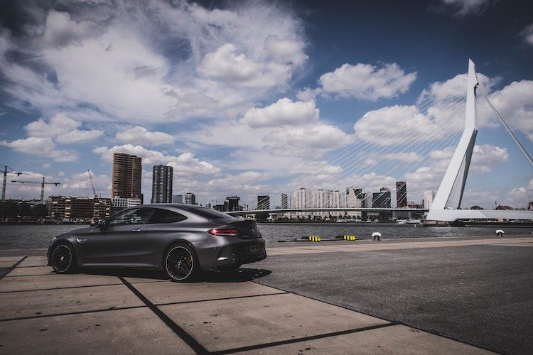 De Mercedes C63S AMG van Superbike coureur Michael van der Mark