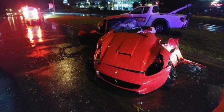 Ferrari bijna in tweeën na bizarre crash in slecht weer