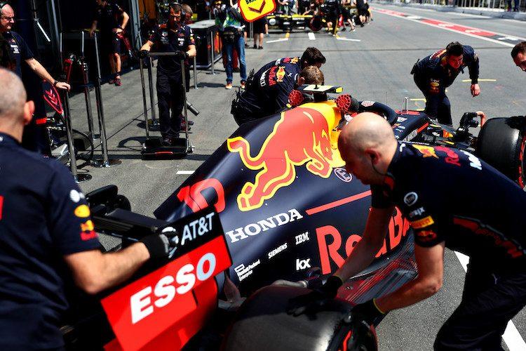 Formule 1, VT2 Bakoe: rode vlaggen en glijpartijen