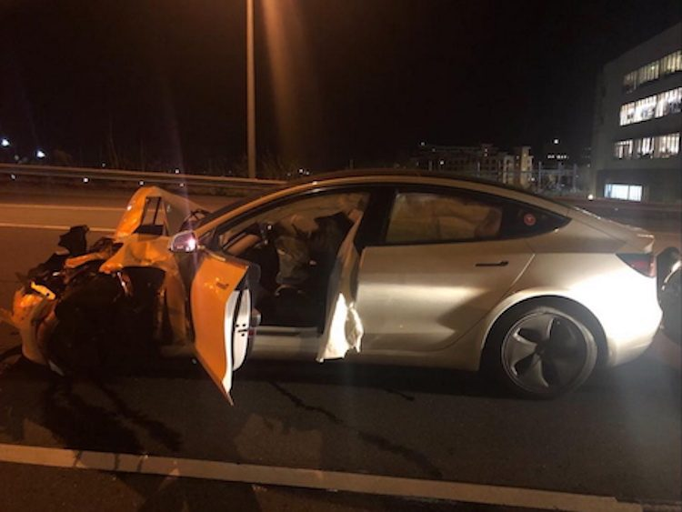 Goh, Tesla op Autopilot crasht