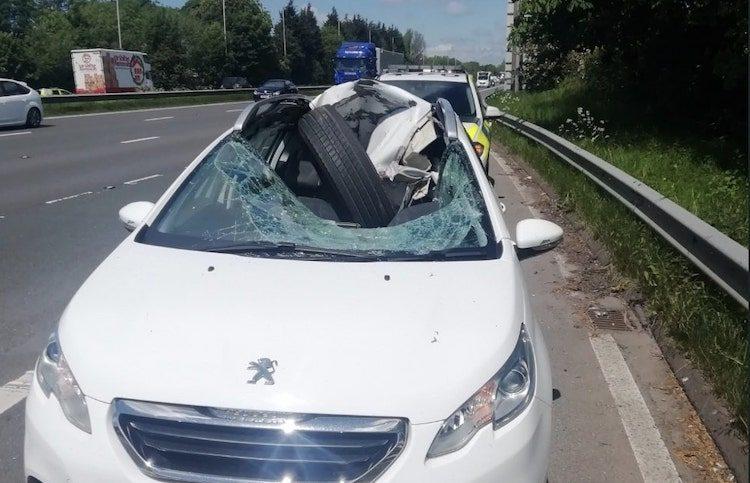 Peugeot getorpedeerd door losgekomen vrachtwagenband