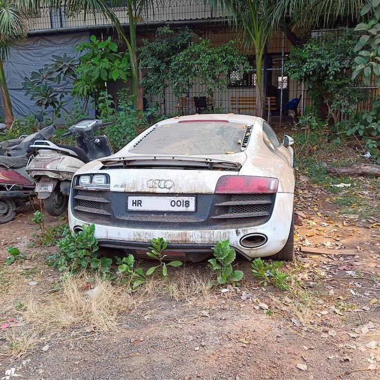 In beslag genomen Audi R8 V10 rot weg op parkeerterrein