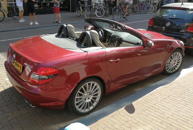 Gespot: rode SLK55 AMG in Amsterdam is best chique