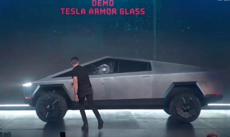 Tesla sloopt ramen Cybertruck tijdens de introductie (video)
